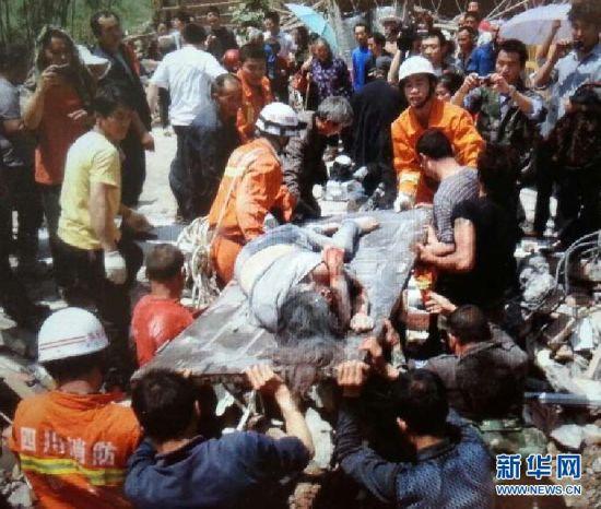 图集:四川雅安地震现场呼感人故事