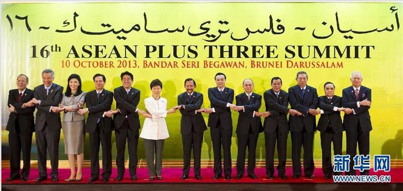 韩(10+3)领导人会议.这是与会各国领导人合影.新华社记者 黄敬图片