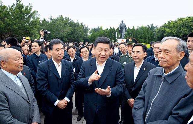 席习近平在广东深圳莲花山向邓小平像敬献花篮后与现场群众交谈,