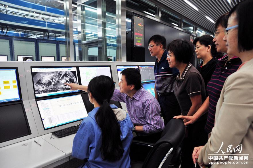 """图为广州气象卫星地面站接收""""风云二号""""C星卫星云图.-中国气象局图片"""