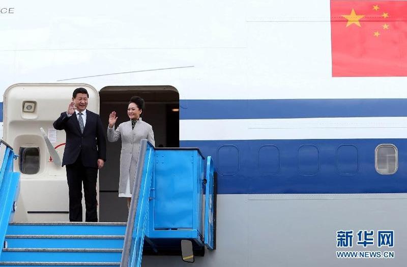 3月22日,国家主席习近平抵达阿姆斯特丹,应荷兰国王威廉-亚历山大邀请,对荷兰进行国事访问,开启欧洲之旅。这是习近平和夫人彭丽媛走出机舱。新华社记者 刘卫兵 摄