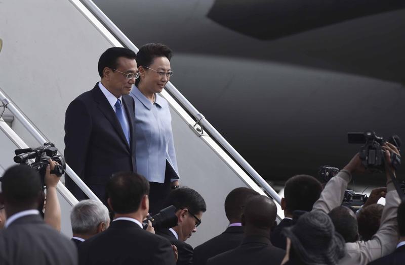 5月4日,中国国务院总理李克强乘专机抵达亚的斯亚贝巴,开始对埃塞俄比亚和非盟总部进行正式访问。李克强总理夫人程虹同机抵达。 新华社记者李学仁摄