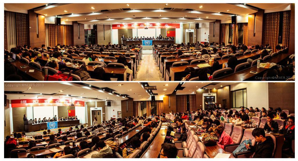 【关键词】大学高职、江苏南京、服务青年、促进青年成才、模拟联合国大会、创新理论社团活动 一、活动背景: 模拟联合国(Model United Nations)简称模联(英文简称MUN),是模仿联合国及相关的国际机构,依据其运作方式和议事原则,围绕国际上的热点问题召开的会议。青年学生们扮演各个国家的外交官,参与到联合国会议当中。学生们通过亲身经历联合国会议的流程,例如阐述观点、政策辩论、投票表决、做出决议等,熟悉联合国的运作方式,了解世界上的国际大事。 二、活动目的: 参与模拟联合国活动,可以帮助同学