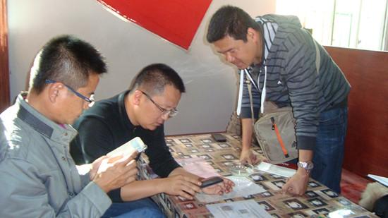 云南 沧源佤族自治县/团市委领导扫描二维码,加入勐角乡团委微信群