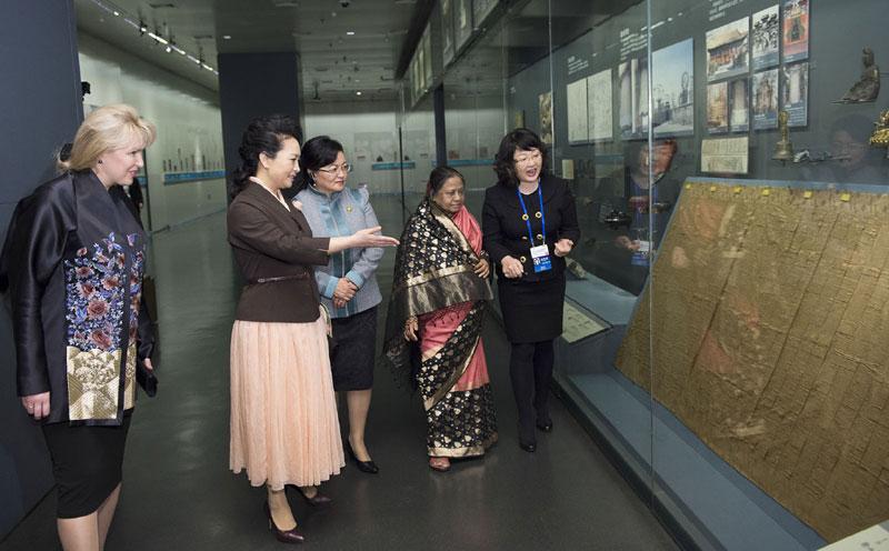 彭丽媛在2014年亚太经合组织领导人会议周活动图集图片