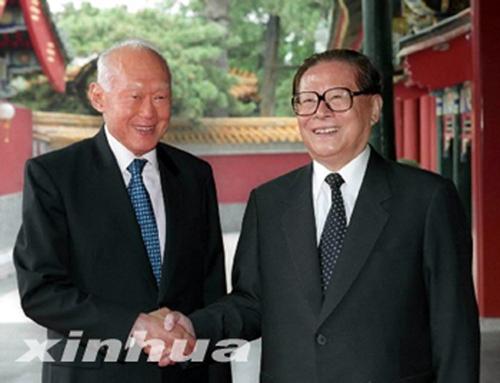 历任中国党和国家领导人与李光耀会见珍贵合影图片