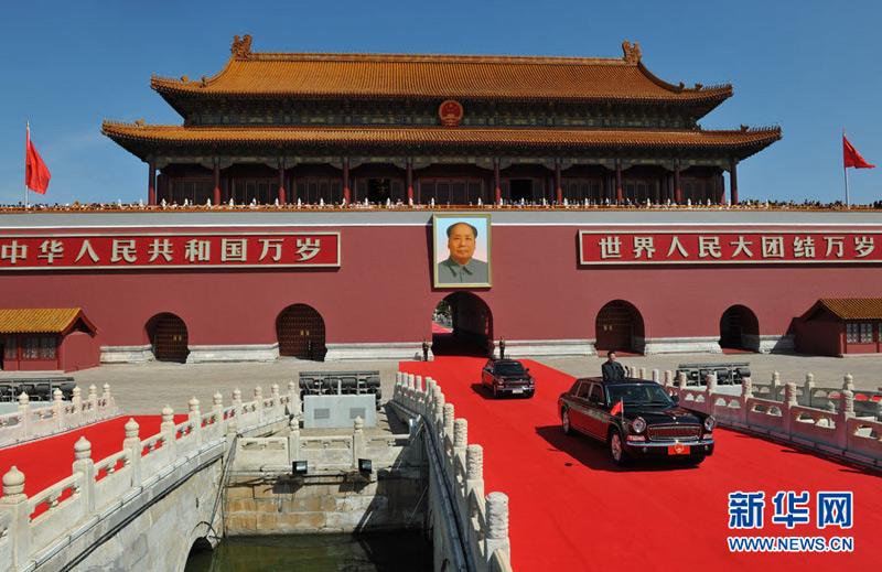 9月3日,纪念中国人民抗日战争暨世界反法西斯战争胜利70周年大会在北京天安门广场隆重举行。这是中共中央总书记、国家主席、中央军委主席习近平乘检阅车经过金水桥。新华社记者张军摄