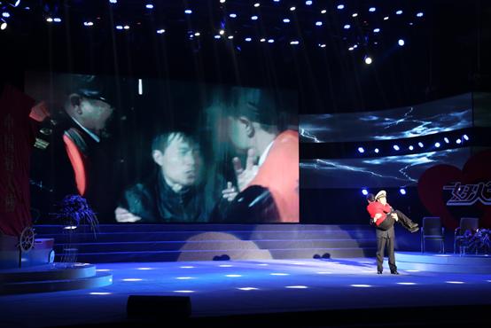 中国好人    一座小岛伫立在舞台上,淡蓝的灯光中,只有小岛的旗帜在