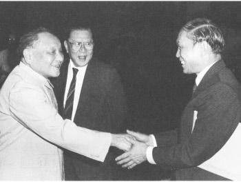 1983年6月,邓小平会见港澳知名人士霍英东、何贤