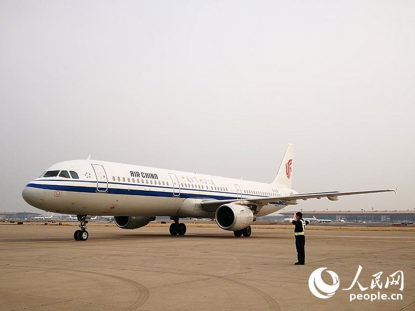参加党的十九大的内蒙古代表团抵达首都机场。(人民网记者章斐然 摄)