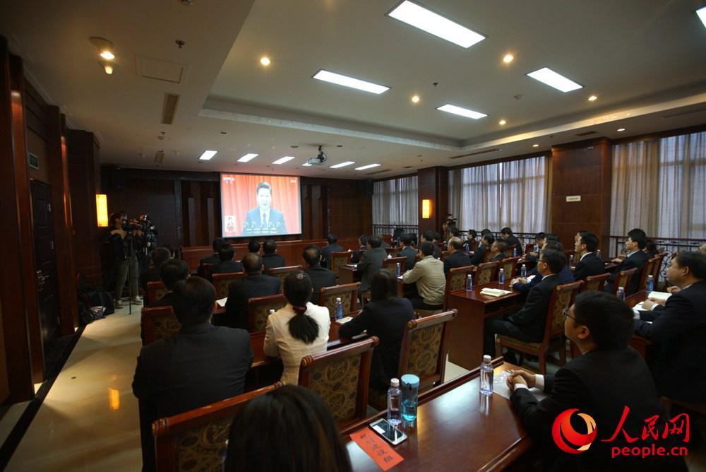 10月18日上午,雄安新区党政机关干部群众正在收看十九大开幕会盛况。人民网李根 摄
