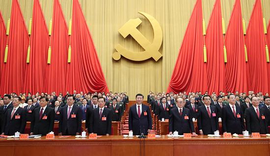 10月24日,中国共产党第十九次全国代表大会在北京人民大会堂胜利闭幕。这是习近平、李克强、张德江、俞正声、刘云山、王岐山、张高丽、江泽民、胡锦涛在主席台上。新华社记者 鞠鹏 摄