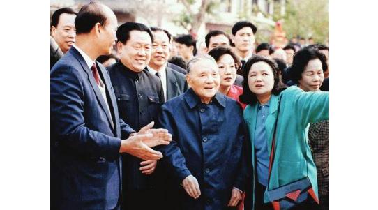 1992年1月,邓小平在深圳参观