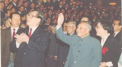 1992年10月,邓小平和江泽民等与党的十四大代表会面