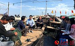大学生村官进海岛上渔船宣讲十九大精神