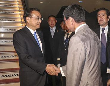 李克强抵达东京出席第七次中日韩领导人会议并访问日本