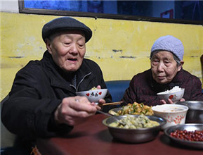 张富清和老伴在家里吃晚饭