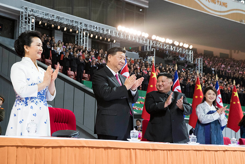 """6月20日晚,中共中央总书记、国家主席习近平和夫人彭丽媛在朝鲜劳动党委员长、国务委员会委员长金正恩和夫人李雪主陪同下,在平壤""""五一""""体育场同朝鲜各界群众一道观看大型团体操和艺术演出。 新华社记者 黄敬文 摄"""