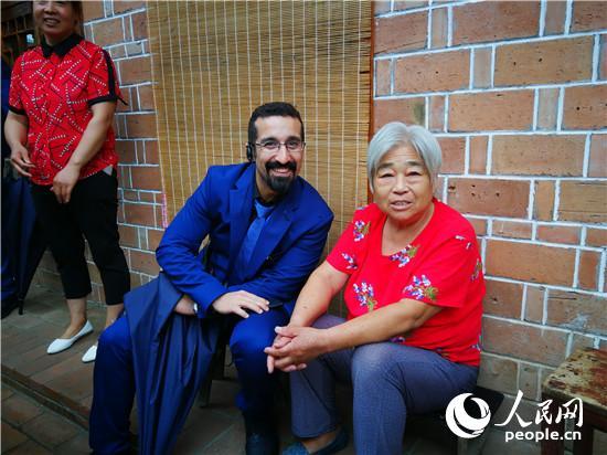 外宾在兰考张庄村与游家小院女主人王玉枝合影 王佩 摄