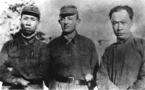 1941年陈毅与刘少奇、罗生特在苏北盐城合影