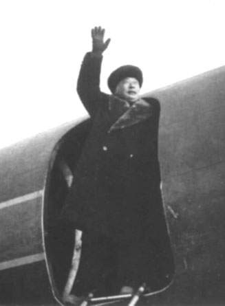 陈毅登上拉萨首航北京的飞机