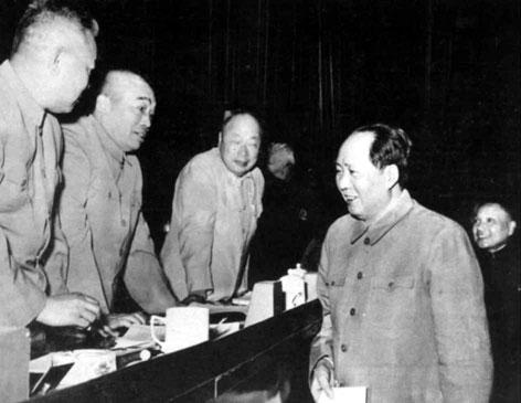 1958年5月,陈毅与毛泽东等人在中共八大第二次会议上
