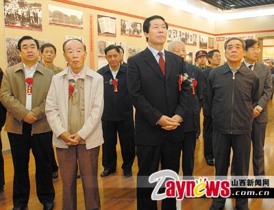 图为张宝顺等省领导参观中国工农红军长征胜利70周年图片展.任华杰图片