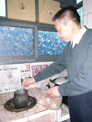 唐如业自己上山采回草药熬中药治病--中国共产