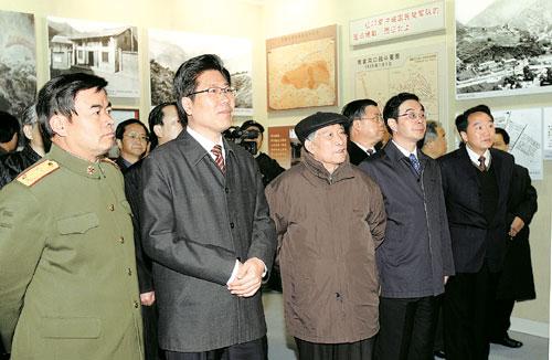 春贤、周强等省领导在现场参观.本报记者刘尚文摄-张春贤周强等参图片