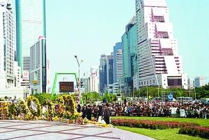 落,九州同悲.深圳市民自发在红岭路口的邓小平画像前悼念.吕翔