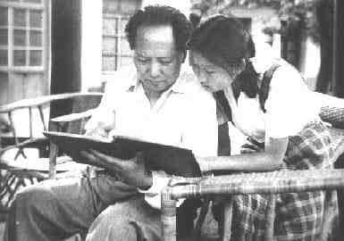 毛泽东和李敏一起看影集