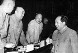 毛泽东同彭德怀等交谈。