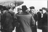 彭德怀陪同毛泽东、刘少奇、朱德等迎接从重庆归来的周恩来。