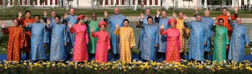 经合组织各成员领导人身穿越式传统服装,集体在越南首都河内国家图片