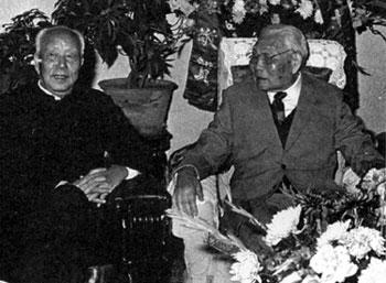 北京/1988年1月4日,肖劲光在北京寓所与万里同志合影