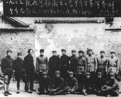 参加1927年秋收起义的部分人员于1937年在延安合影。后排左三为毛泽东、左七为罗荣桓、左八为谭政。