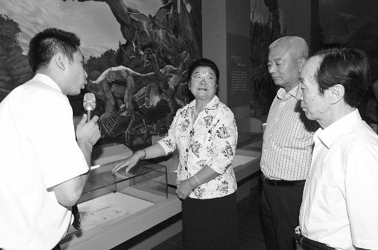 8月5日,顾秀莲参观内蒙古博物院