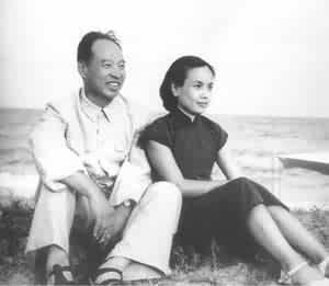 1955年8月,彭真与夫人张洁清在北戴河海滨--中