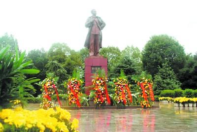 宁乡花明楼刘少奇铜像广场前一片肃穆,摆满人们敬献的鲜花。(蔡成理 摄)