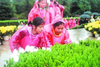 刘少奇/社会各界人士自发地来到刘少奇故里追思一代伟人。(蔡成理摄)