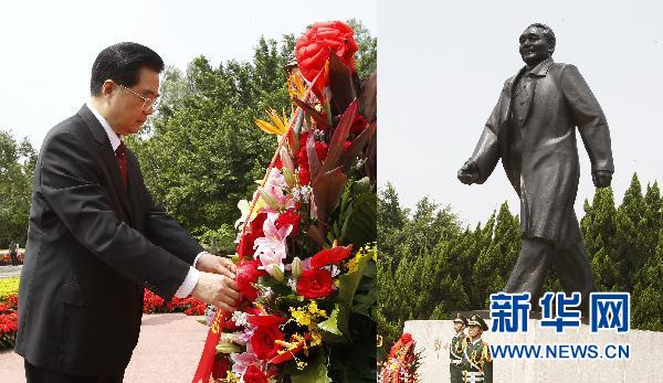 席胡锦涛在广东深圳莲花山公园向邓小平同志铜像敬献花篮,表达对