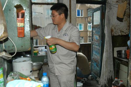 郭明义/郭明义爱心团队在特困家庭家里打扫卫生