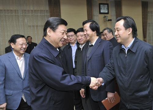 1月5日,中共中央政治局常委、中央书记处书记、中央党校校长习近平在北京同中央党校第48期省部级干部进修班学员座谈。这是习近平在座谈后与学员亲切交流。新华社记者黄敬文摄