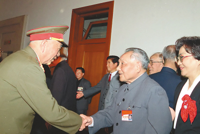1992年,在中国共产党第十四次全国代表大会期间,邓小平同志同刘华清同志亲切握手。新华社发